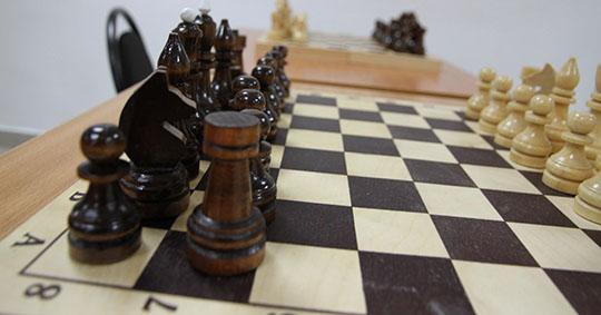Шахматный турнир претендентов, лидером которого является Ян Непомнящий, приостановлен