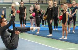 """Олимпийская чемпионка Маргарита Мамун провела занятие с гимнастками секции """"Варяг"""""""