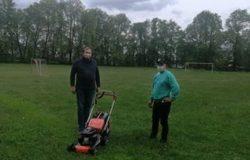 Брянский депутат подарил газонокосилку для поселкового стадиона